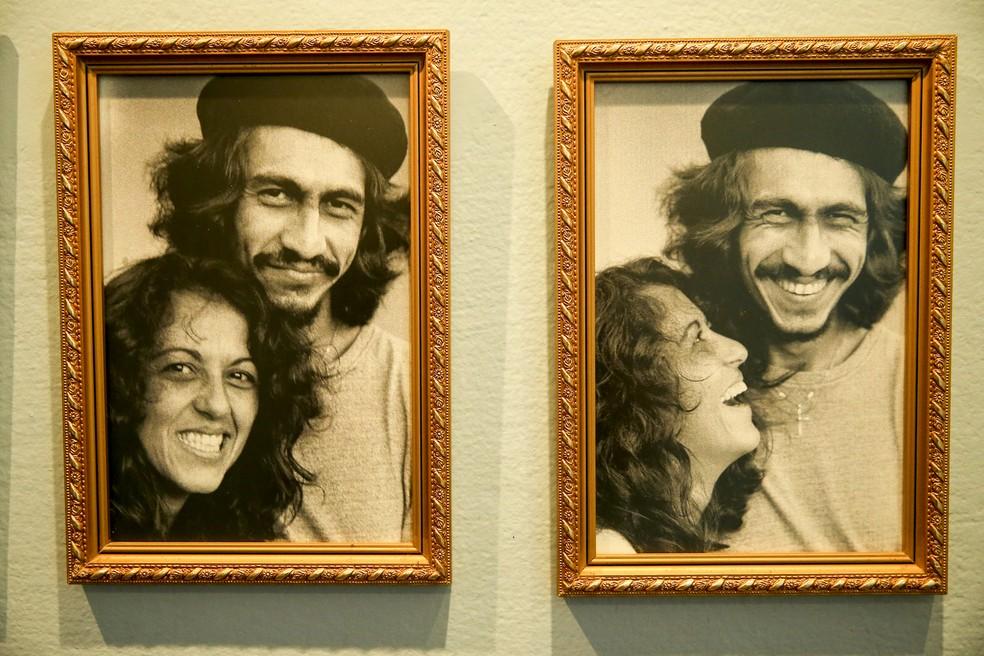 Fagner e a irmã Marta Lopes, responsável por catalogar a trajetória do artista — Foto: Helene Santos/SVM