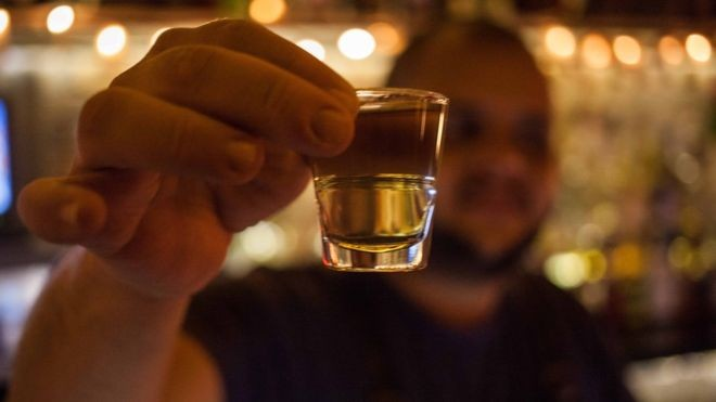 A bebida é produzida de forma artesanal há séculos, mas agora começa a ganhar espaço em bares sofisticados de São Paulo e Rio (Foto: Dubes Sonego Junior/via BBC News Brasil)