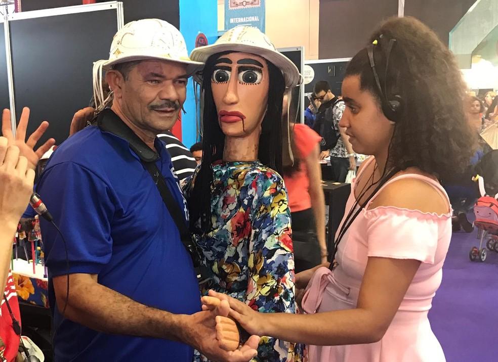 Pessoas com deficiência contam com visitas guiadas para conhecer a Fenearte, em Olinda — Foto: Penélope Araújo/G1