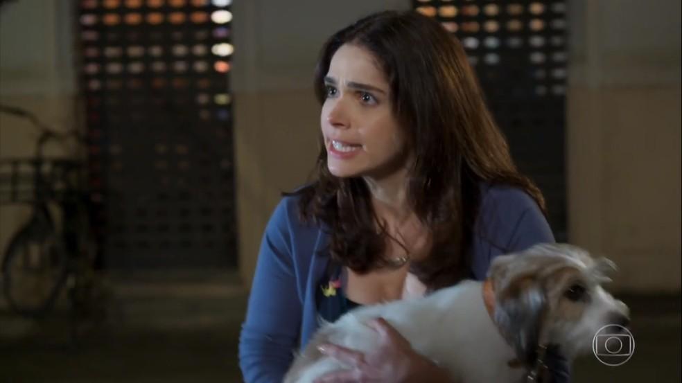 Shirlei (Sabrina Petraglia) salva Adônis (José Loreto) de levar uma surra  — Foto: Globo