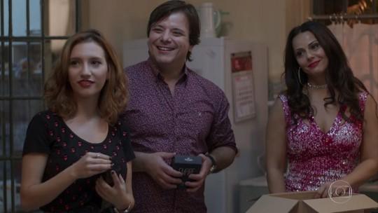 Edith revela para Nelson que quer se dedicar ao trabalho de consultora da Hinode