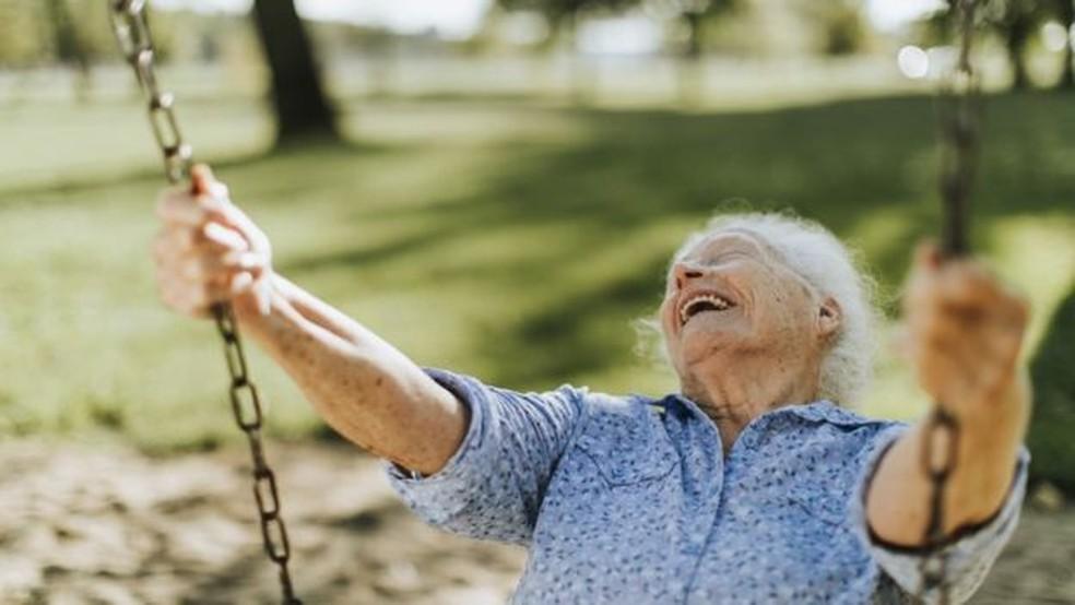 Na metade da vida, existe uma 'quebra de expectativas' — Foto: Getty Images/BBC