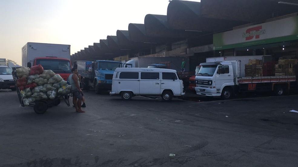 Caminhões que levam alimentos não conseguem chegar até a Ceasa. Os preços começam a subir no Rio. (Foto: Priscila Chagas/ TV Globo)