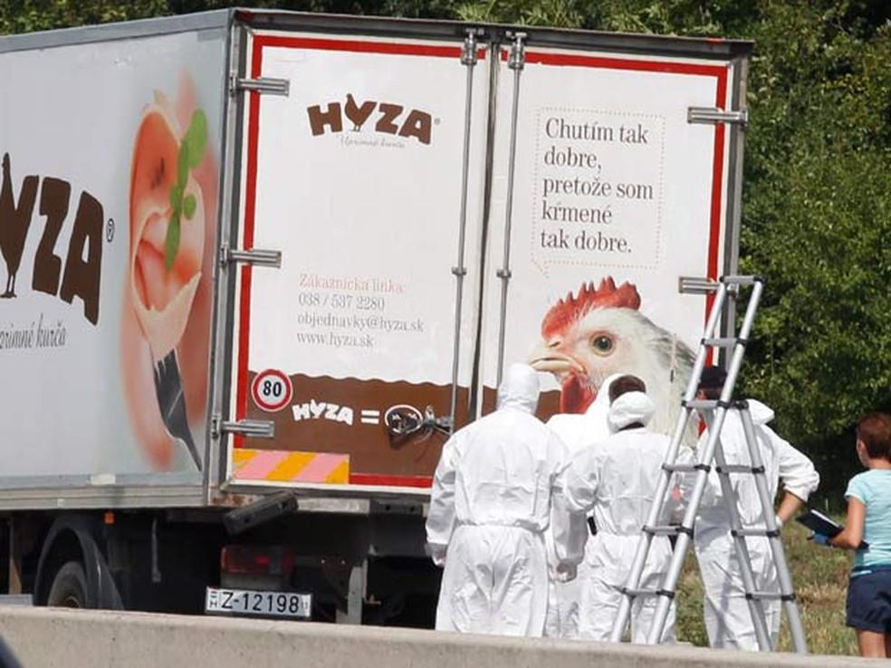 -  Autoridades forenses isolam caminhão estacionado em estrada da Áustria em que dezenas de imigrantes foram encontrados mortos  Foto: AFP PHOTO / DIETE