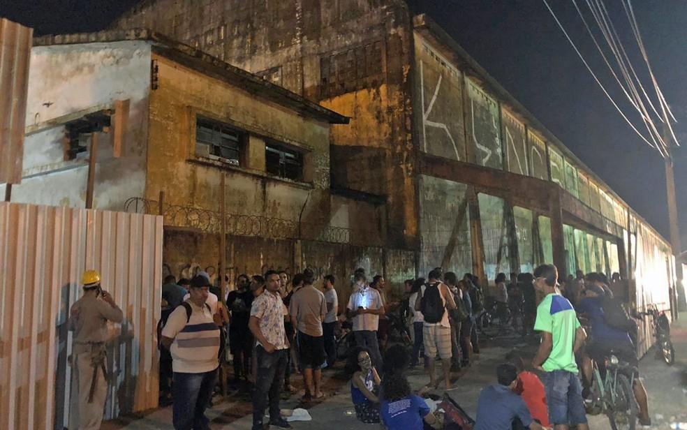Manifestantes ocupam o Cais José Estelita, no Centro do Recife, após início da demolição dos armazéns — Foto: Pedro Alves/G1