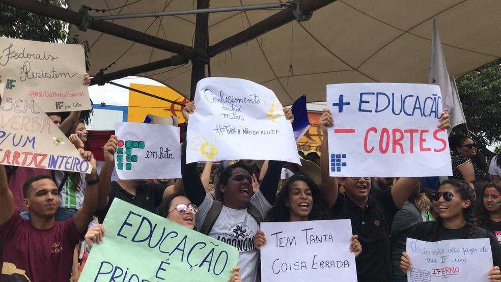 Alunos de universidades protestam na Tenda Cultural em Petrolina  — Foto: Paulo Ricardo Sobral/ TV Grande Rio