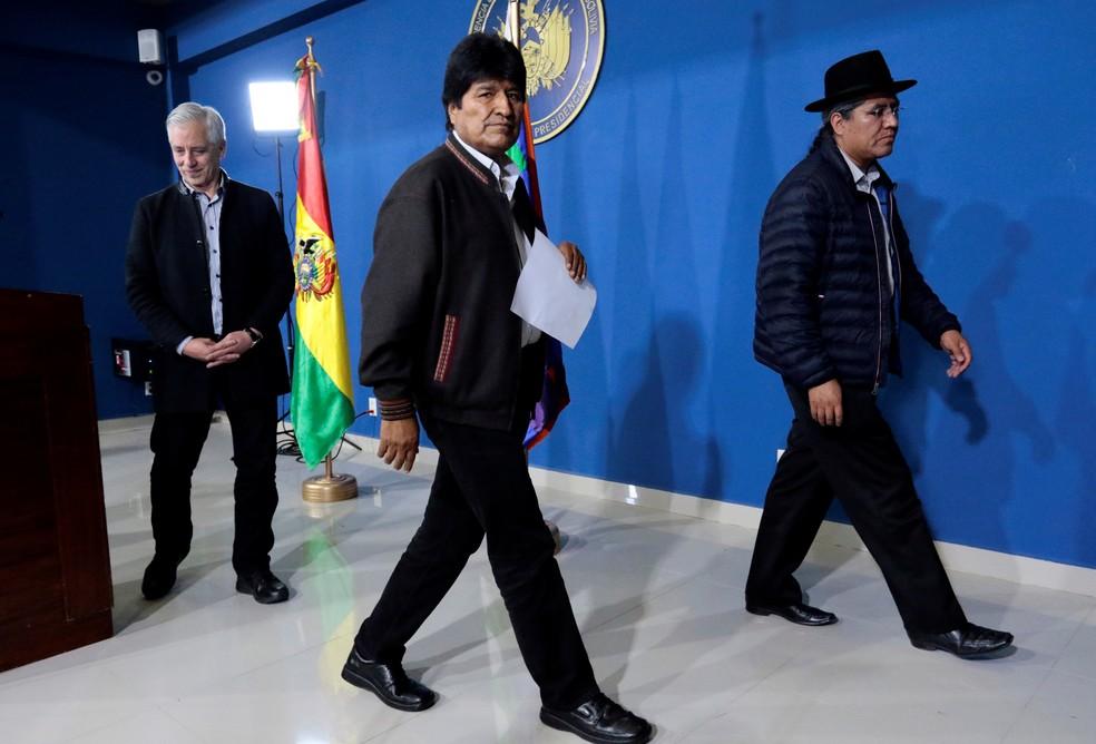 Presidente da Bolívia, Evo Morales, deixa coletiva de imprensa junto com o vice-presidente e o ministro de relações exteriores neste sábado (9) — Foto: Manuel Claure/Reuters