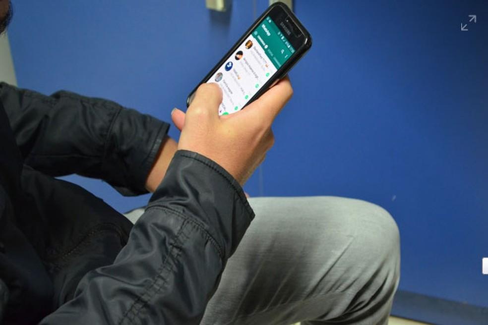 Homem usa o WhatsApp, em imagem de arquivo  (Foto: Christian Wentz/G1)