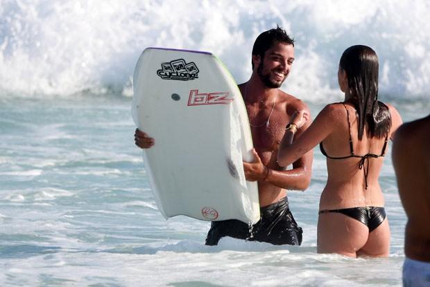 Agatha Moreira e Rodrigo Simas trocam beijos em dia de praia (Foto: Dilson Silva/AgNews)