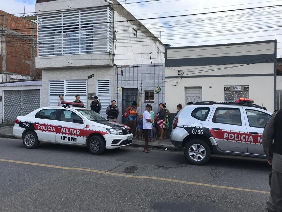 Homicídio aconteceu dentro de uma casa, no bairro Monte Castelo, em Campina Grande — Foto: Artur Lira/TV Paraíba