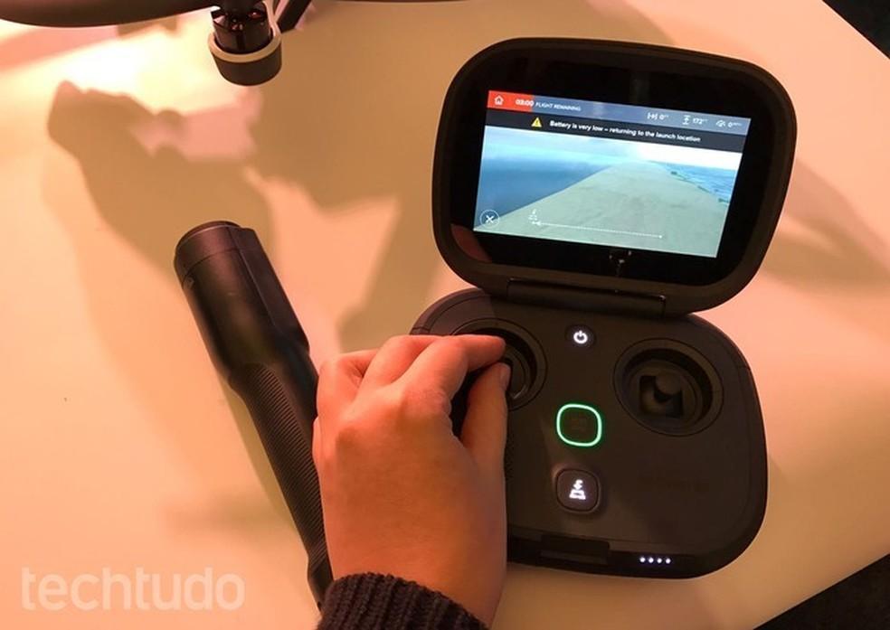 Controle do drone Karma, da GoPro, não precisa de celular para acompanhar imagens capturadas (Foto: Anna Kellen Bull/TechTudo)