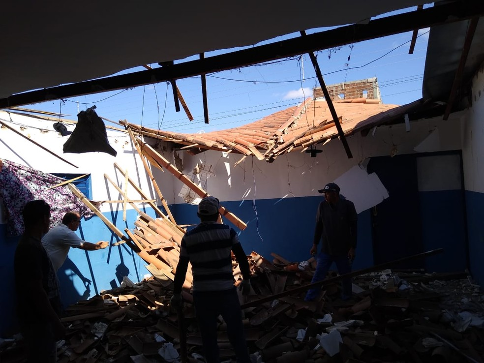 Teto de escola municipal em Patos desabou durante à noite, mas ninguém ficou ferido — Foto: Ascom Prefeitura de Patos/Divulgação