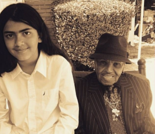 O empresário Joe Jackson, pai de Michael Jackson (1958-2009), com o caçula do cantor, Blanket (Foto: Twitter)