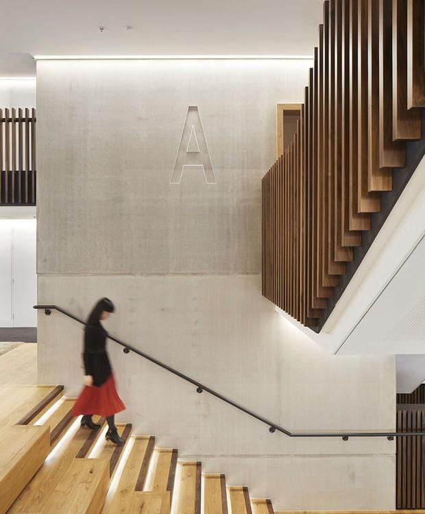 A madeira reveste o piso e as grades verticais da construção (Foto: Jack Hobhouse)