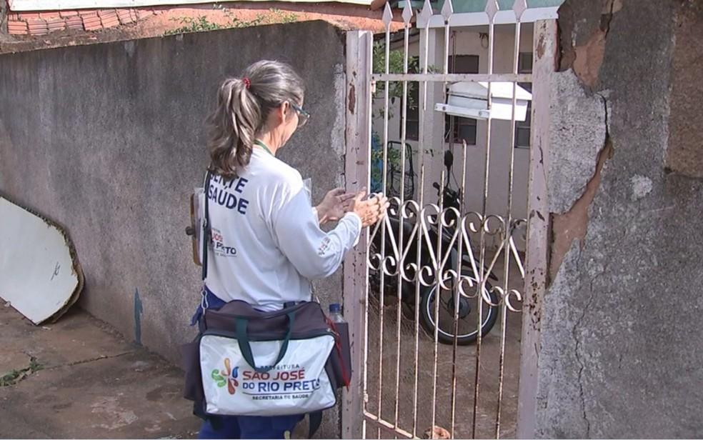 Agente visita casa em Rio Preto para combater a dengue — Foto: Reprodução / TV TEM