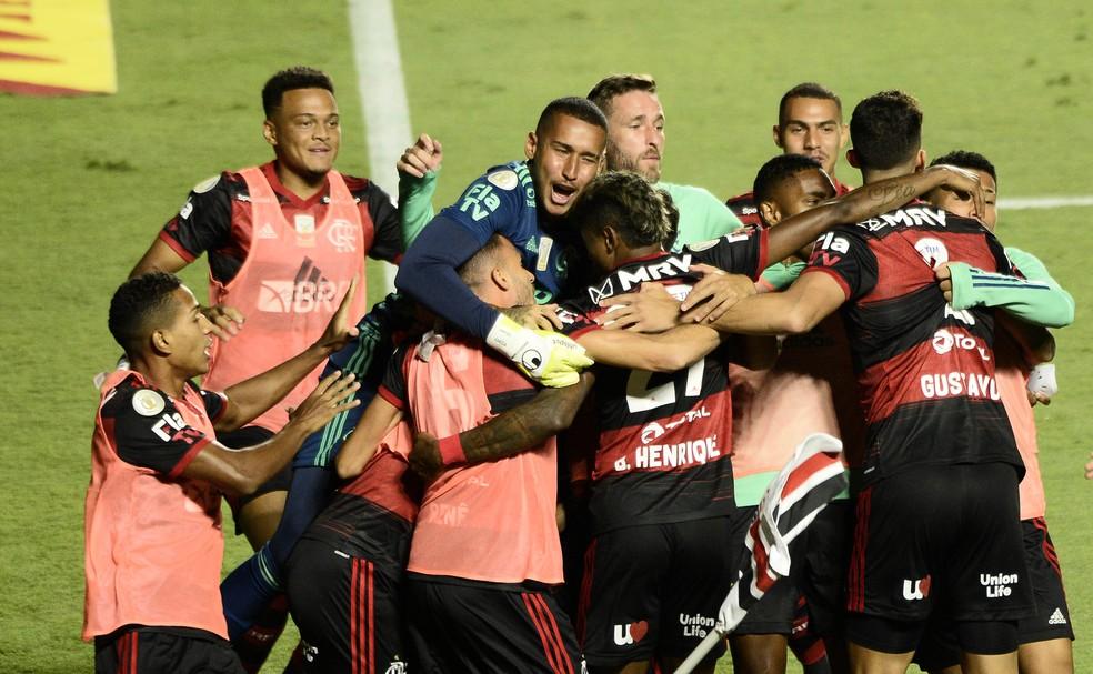 Jogadores do Flamengo comemoram gol de Bruno Henrique no Morumbi — Foto: Marcos Ribolli