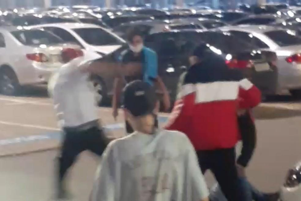 Homem tenta separar briga e é agredido por adolescentes no shopping de Varginha (MG) — Foto: Redes sociais
