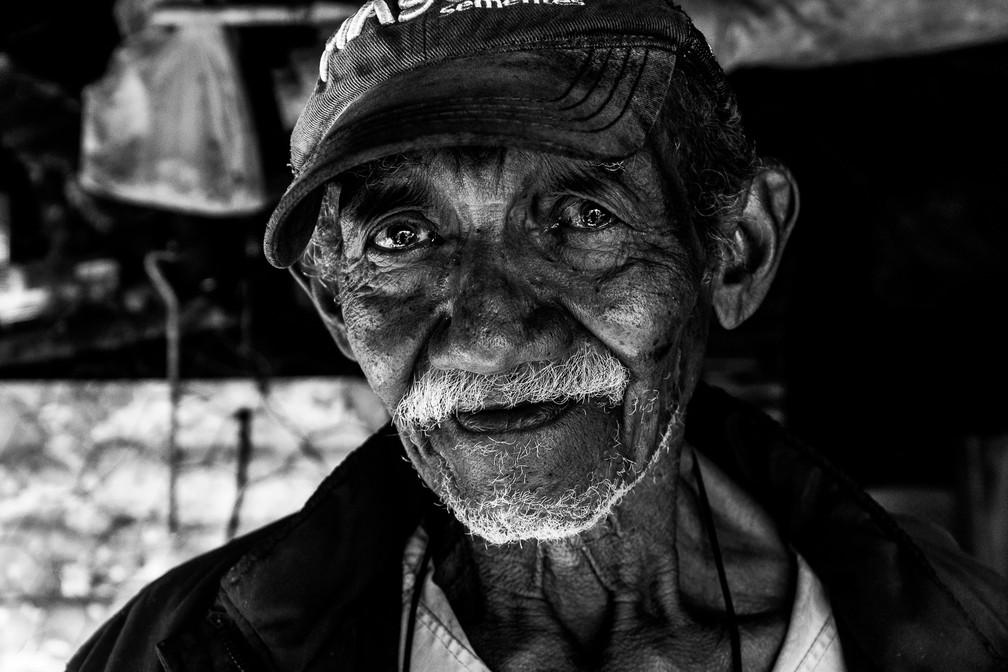 Silvio Francisco Cardoso, conhecido como 'Velho do Rio', mora há décadas às margens do Rio Paraguai, no Pantanal matogrossense — Foto: Eduardo Palacio/G1