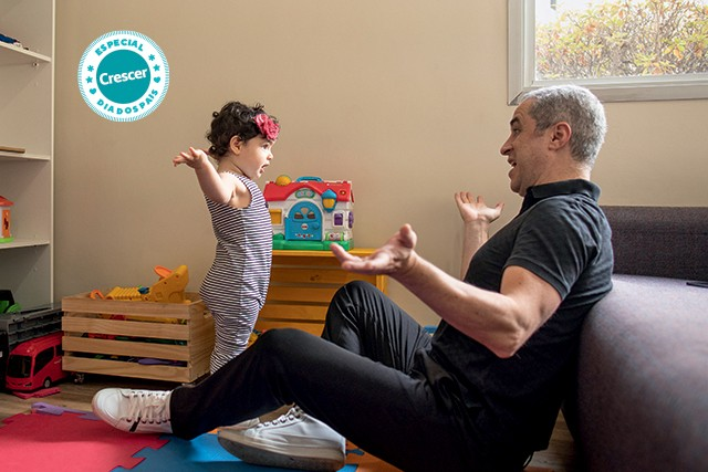 """Pai e filha brincando no quarto (Foto: O jornalista Patrick Cruz, 40, com a filha, Helena, 2: """"Moldei um pedaço do mundo à minha maneira"""" (Foto: Luiz Maximiano/Editora Globo))"""