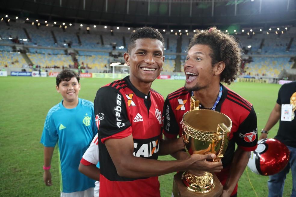 Márcio Araújo, ao lado de Arão: jogador foi bicampeão carioca pelo Flamengo, nos anos de 2014 e 2017 (Foto: Gilvan de Souza/Flamengo)