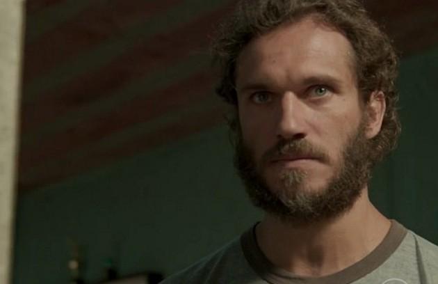 Na quinta-feira (24), Dino (Paulo Rocha) pede a Carlinhos (Kaik Brum) que não conte a ninguém que está de volta (Foto: TV Globo)
