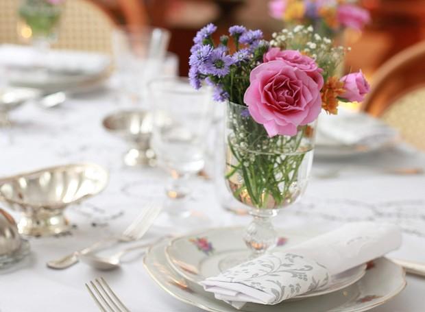 No lugar de um centro de mesa, as flores foram divididas em arranjos individuais (Foto: Rogério Voltan/Editora Globo)