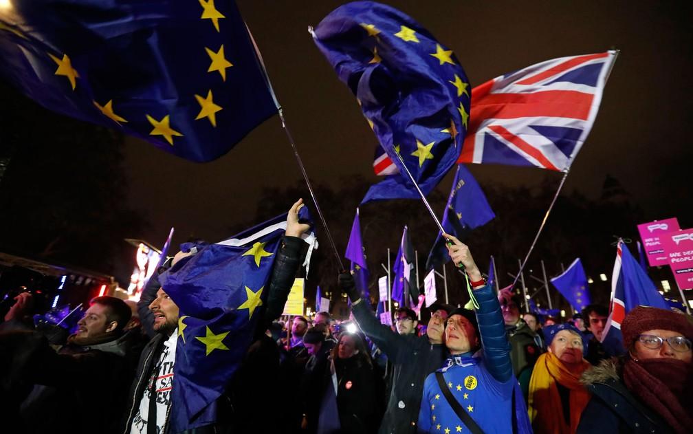 Manifestantes contra o Brexit comemoram resultado de votação no Parlamento, em Londres, após a derrota do acordo proposto pela primeira-ministra Theresa May — Foto: AP Photo/Frank Augstein