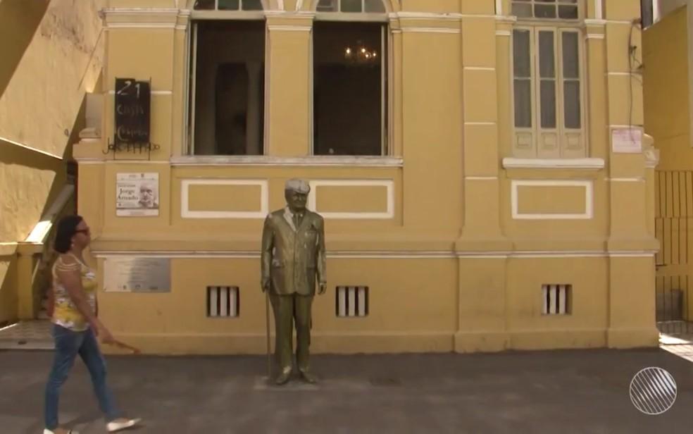 Casa onde Jorge Amado morou em Ilhéus reúne diversos itens pessoais do escritor (Foto: Reprodução/TV Santa Cruz)