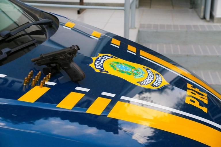 Polícia apreende R$ 15 mil em espécie e uma arma na BR-101