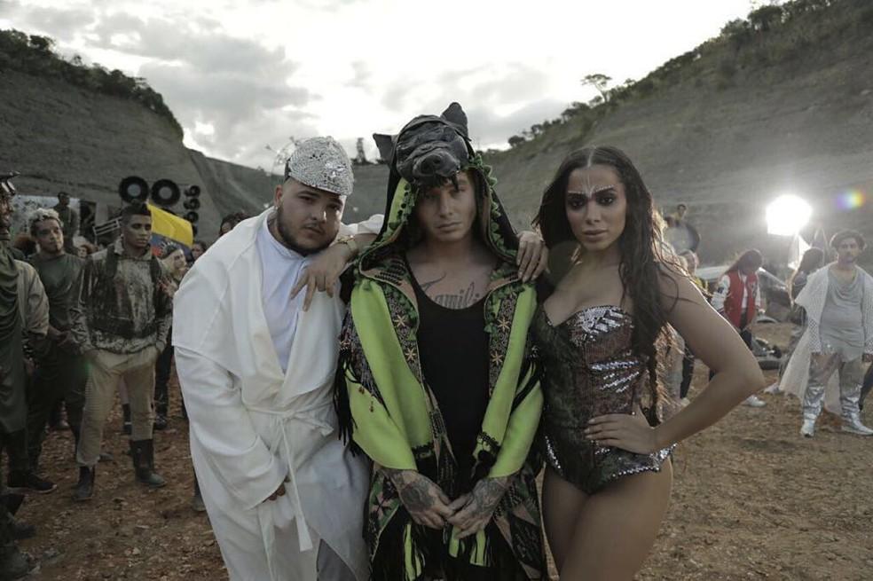 """Jeon Arvani, J Balvin e Anitta durante gravação do clipe de """"Machika"""" (Foto: Reprodução/Instagram)"""