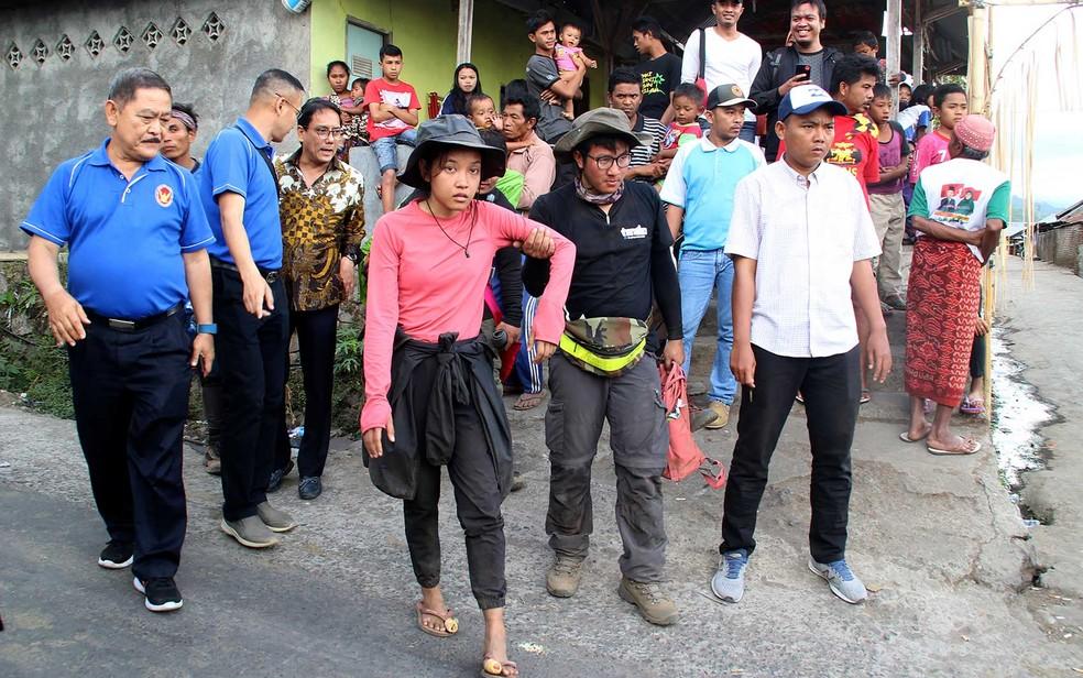 Montanhistas que estavam presos no Monte Rinjani chegam a um posto de controle (Foto: Pikong / AFP Photo)