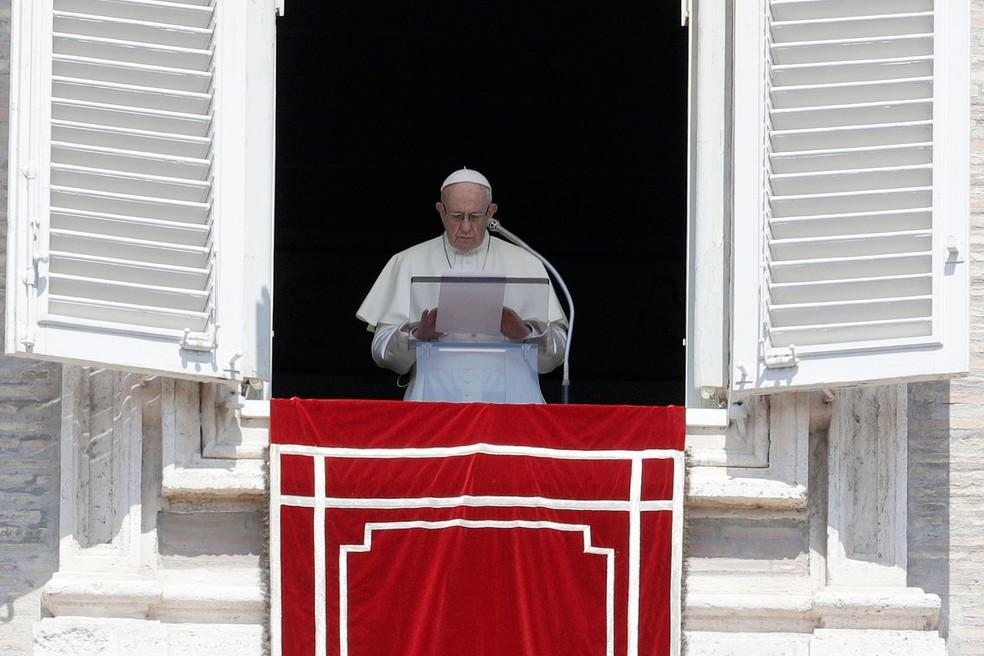 Papa Francisco, durante o Angelus, na Praça São Pedro, no Vaticano, no sábado (19) (Foto: Gregorio Borgia/AP)