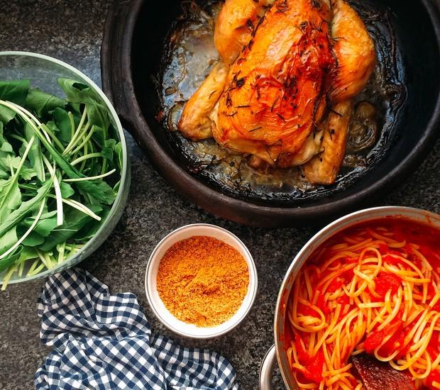 O molho de tomate, cebola e manteiga como parte de um menu domingueiro paulistano (incluindo farinha de rosca tostada com manteiga pra jogar sobre o macarrão) (Foto: Divulgação)