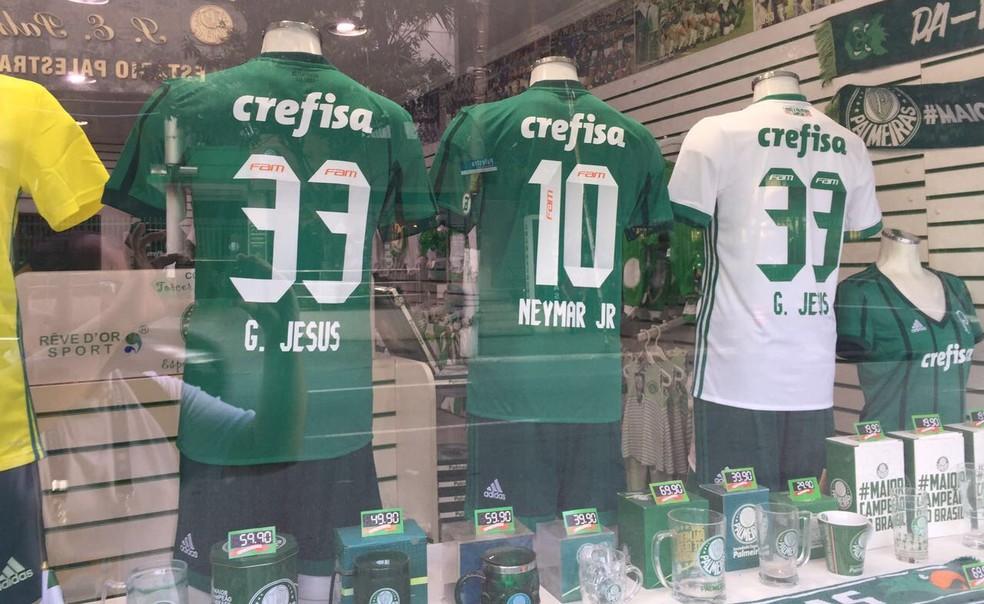 c1550b30f6 ... Camisas de Neymar e Gabriel Jesus em frente a arena do Palmeiras —  Foto: Felipe