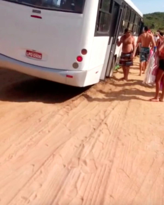 Ônibus com turistas cai em buraco a caminho da Praia das Conchas, em Cabo Frio, no RJ
