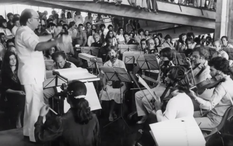 Cena do documentário 'Santoro – O homem e sua música' em que maestro Claudio Santoro rege estudantes na UnB — Foto: YouTube/Reprodução