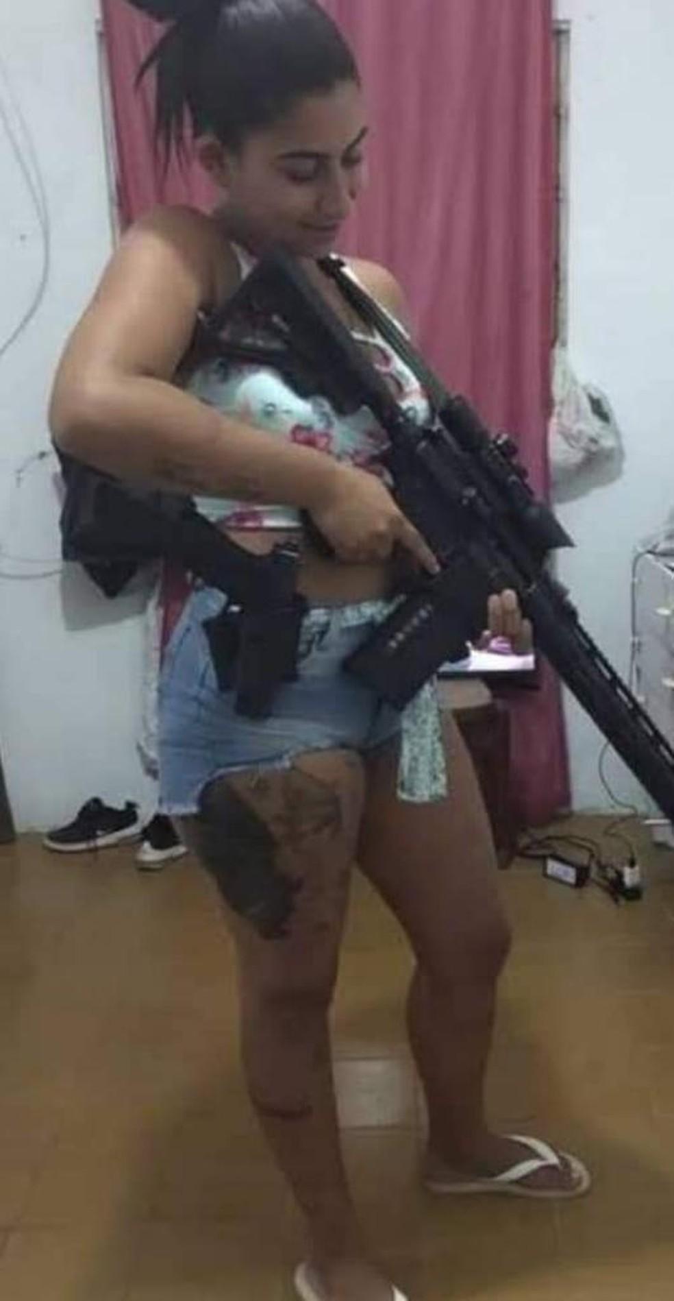 Hello Kitty, gerente do tráfico em São Gonçalo, ficou ferida após tiroteio no Salgueiro — Foto: Reprodução/Arquivo Pessoal