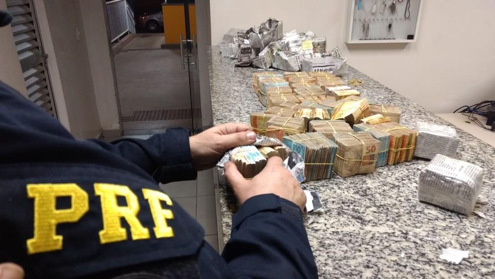 PRF apreende cerca de R$ 370 mil dentro de fundo falso de carro na BR-040, em Sete Lagoas — Foto: Divulgação/Polícia Rodoviária Federal