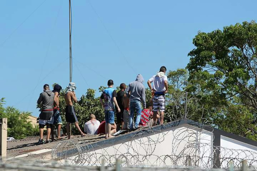 Alguns presos foram feitos reféns e levados para o telhado da Cadeia Pública de Santo Antônio da Platina, neste sábado (Foto: Fernanda Skalisz Trento/Arquivo pessoal)
