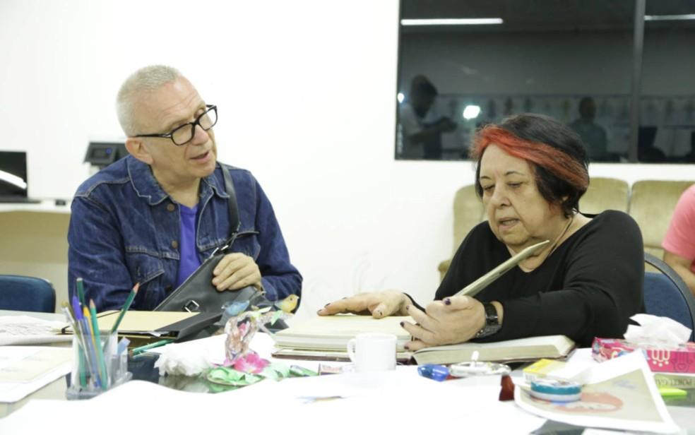 O estilista francês Jean-Paul Gaultier conversa com a carnavalesca Rosa Magalhães sobre figurino que vai desenhar para a Portela — Foto: Ricardo Lima/Divulgação/Portela