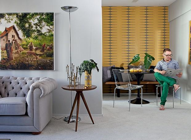 """Os tons de cinza são a base da decoração do apartamento do arquiteto Robert Robl. O toque de cor fica por conta do papel de parede amarelo mostarda na sala de jantar. """"Adorei o grafismo e escolhi tecidos e objetos nesse tom"""", conta (Foto: Lufe Gomes/Casa e Jardim)"""