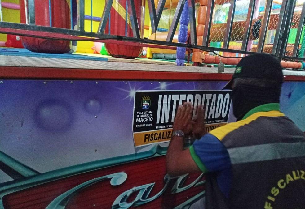 Fiscalização interditou também um parque de diversões no Jacintinho — Foto: Ascom Semscs