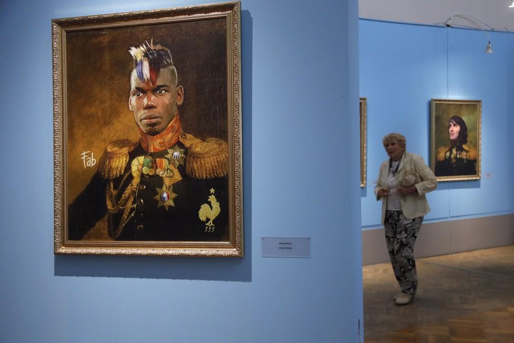 """Retrato do jogador francês Paul Pogba na exposição """"Like the Gods"""" no Museu da Academia Russa de Artes em São Petersburgo (Foto: AP Photo/Dmitri Lovetsky)"""