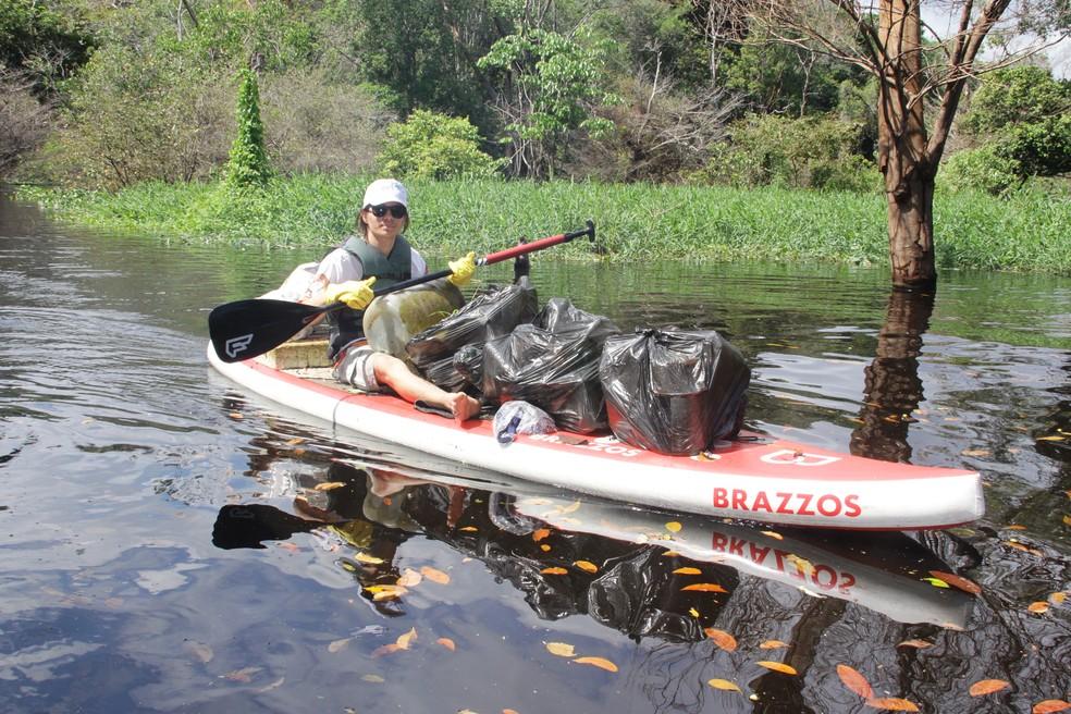 Grito D'água recolhe lixo acumulado nas margens do Tarumã (Foto: Luís Guilherme Oliveira/Divulgação)