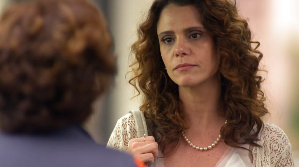 Dora (Malu Galli) leva chega pra lá de Vitória (Gisele Fróes) em 'A Vida da Gente' — Foto: Globo
