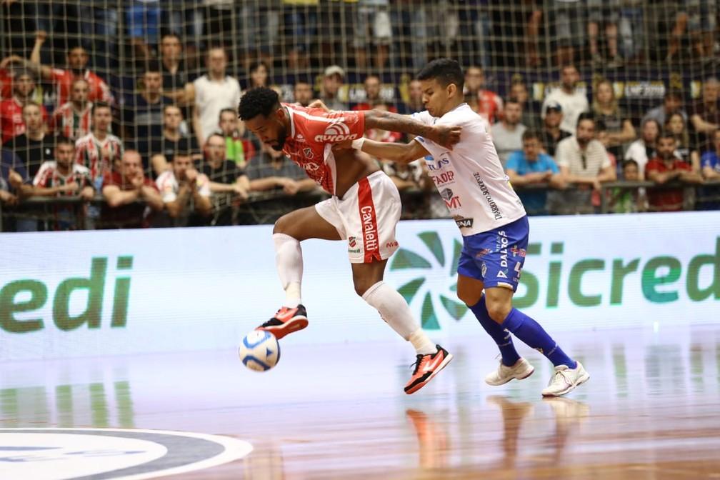 Briga boa: o pivô Jé recebe a marcação do fixo Batalha  — Foto: Maurício Moreira/Pato Futsal