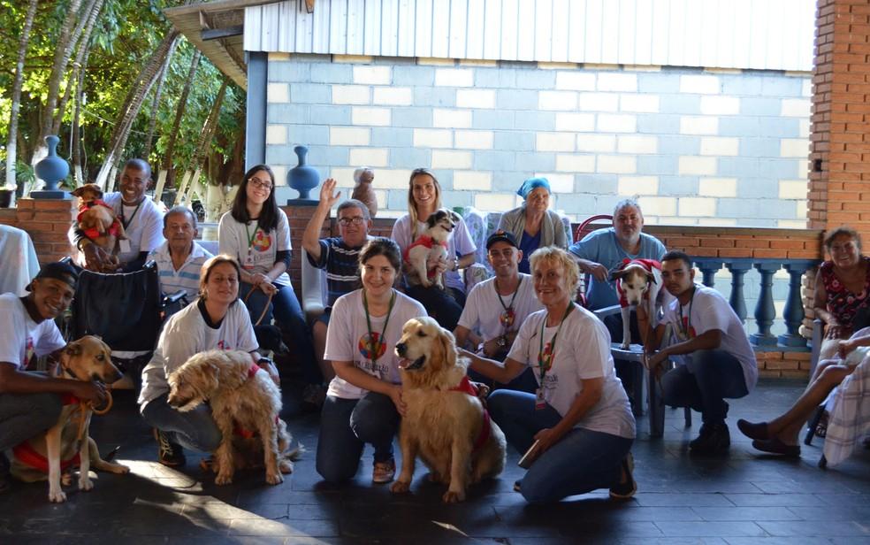 Equipe Dr. Cãopaixão durante visita na Comunidade Ombro Amigo, na zona Leste de Ribeirão Preto, SP — Foto: Werlon Cesar/G1