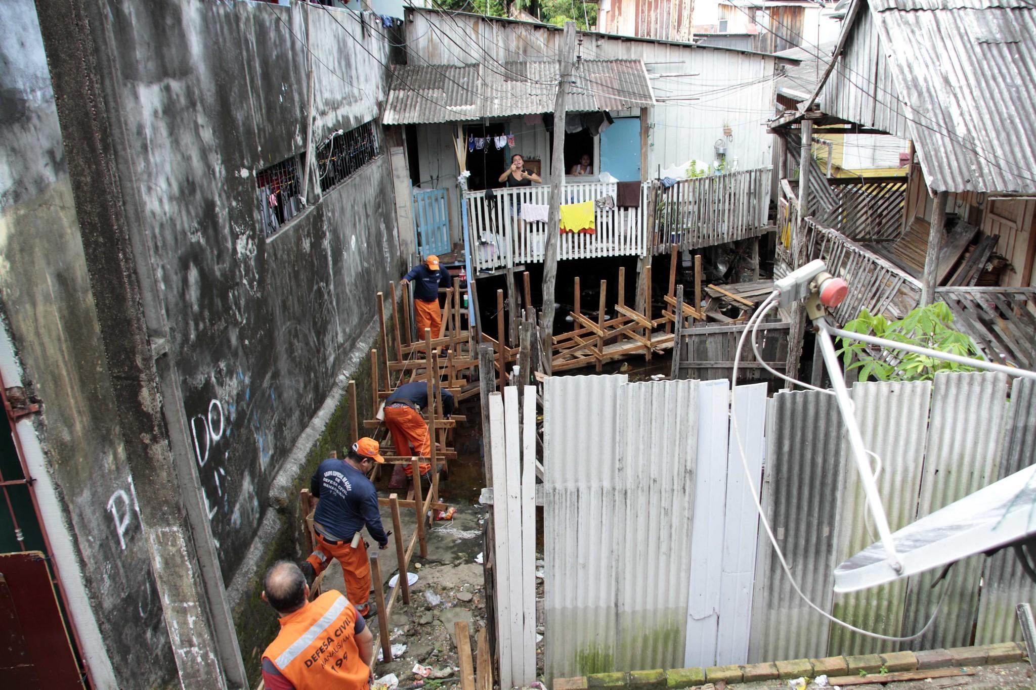 Bairro de Aparecida, Centro de Manaus, recebe pontes para minimizar impactos da cheia 2020