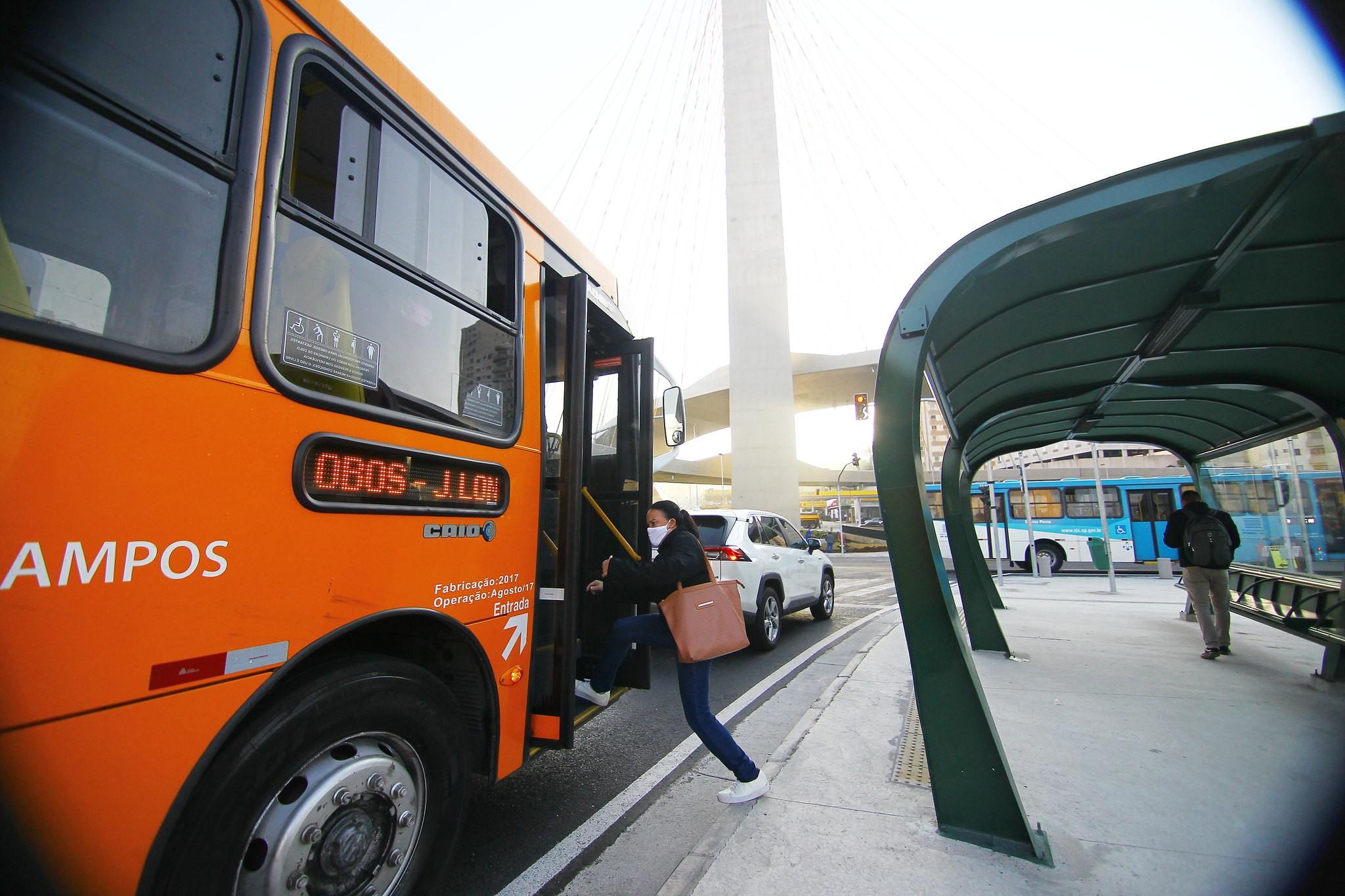 Cobrador é agredido por passageiro que se recusou a usar máscara em ônibus em São José