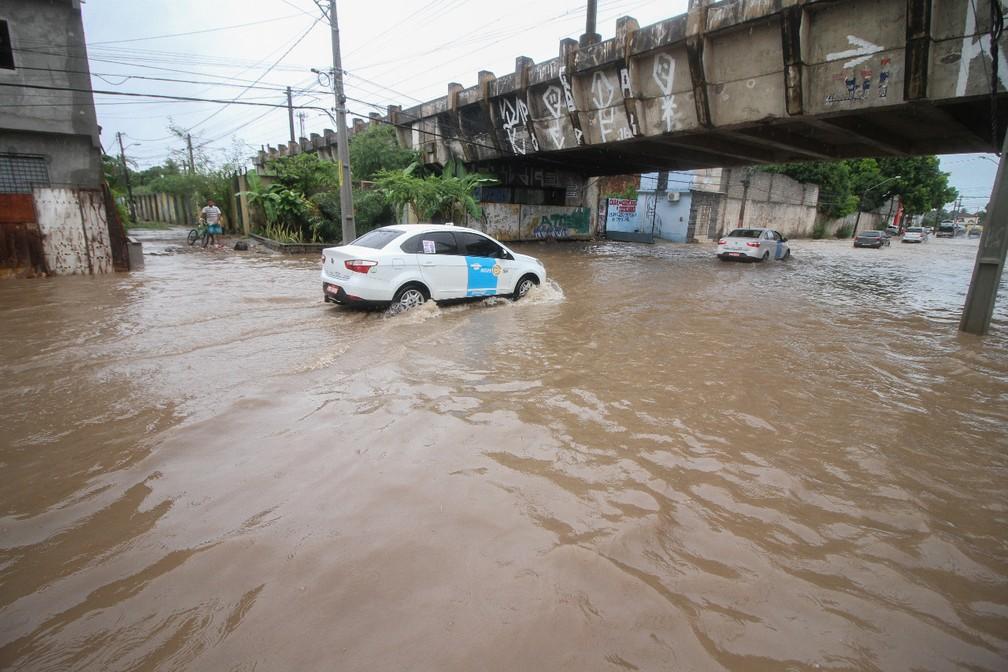 Carros tiveram de diminuir velocidade para passar pela Avenida Cosme Viana, tomada pela água nesta quarta-feira (11), no Recife (Foto: Marlon Costa/Pernambuco Press)